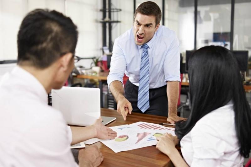 Chefe grita com funcionários: há alguns indícios de má liderança que valem para a maioria das organizações (imtmphoto/Thinkstock)